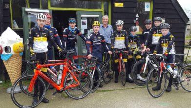 Piet Venema werd zaterdag verrast door het bezoek van de trainende renners aan Keroazie.