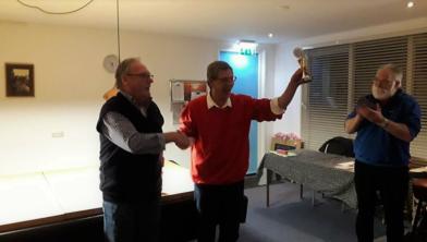 Voorzitter Theo Bos (KOT) krijgt de beker overhandigd van collega  Jan van Kalker (DBD)