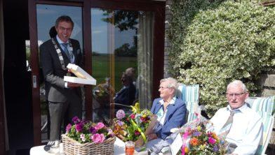 Burgemeester Bolding verrast de heer en mevrouw Dijkinga-Grimmius