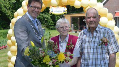 Felicitaties van burgemeester Roger de Groot voor Femmie en Anno Venemann.