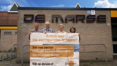 De werkgroepleden, van links naar rechts Johan Laarman, Henk Vrijhof, Emmy Pieterson, Suzan Glazenborg voor de sporthal in Ruinen.