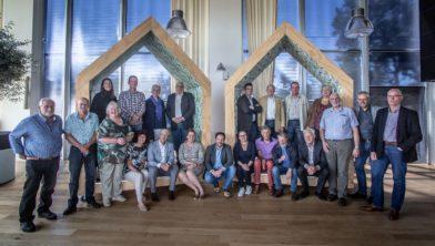 Vertegenwoordigers van de acht woningcorporaties en hun huurdersverenigingen ondertekenen de intentieovereenkomst voor het gezamenlijk woonruimteverdeelsysteem.
