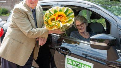 De bloemen zijn voor mevrouw Huigen uit Zuidwolde. Frens Waninge is de gulle gever.