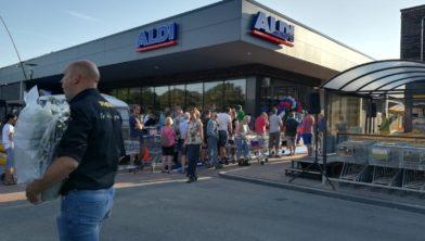 Lange rij bij de opening van de Aldi Zuidwolde.