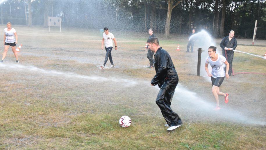 Felle strijd bij het spuitvoetbal in Zuidwolde