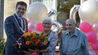 Felicitaties en bloemen van de burgemeester.