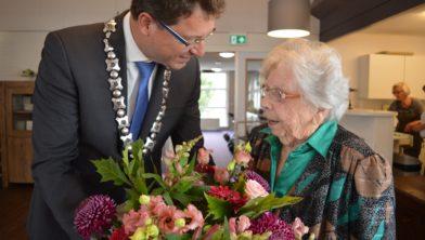 Bloemen van de burgemeester voor Aaltje van Veen.