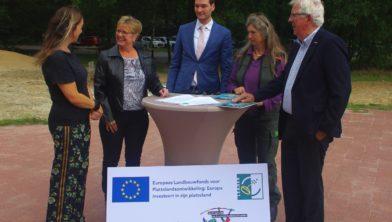 Van links naar rechts Marieke van Doorn, Annemieke Bergsma, Justin van der Valk, Jantsje  Bijmolt en vice-voorzitter van de LAG Herman Koobs.