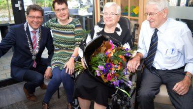 Echtpaar Van der Veen 65 jaar getrouwd, hier met de burgemeester en dochter Ria.