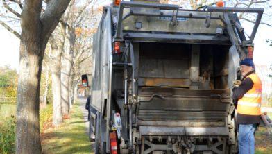 Bert Damming op de vuilniswagen.
