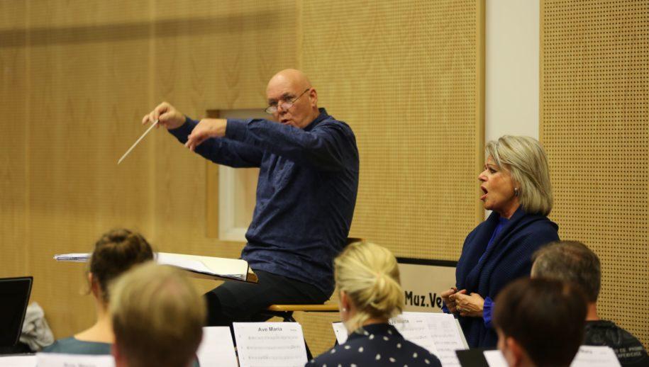 Repetitie met Karin Hertsenberg (rechts).