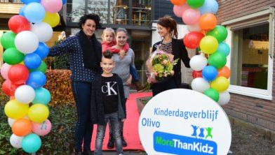 Janet met de kinderen Yannick en Dyezz en Sem. Rechts Linda Barelds.