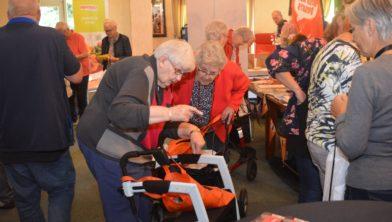 Ouderen kunnen wel wat hulp gebruiken van vrijwilligers.