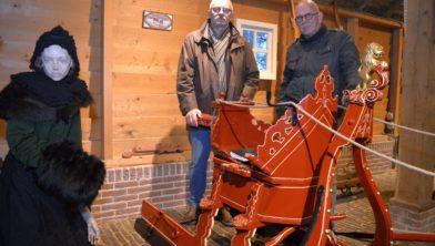 Albert Slomp (l) en IJzoo Ypey bij de arrenslee.