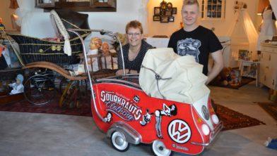 Daniël en Marianne met de kinderwagen.