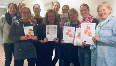 De medewerkers met hun behaalde certificaten.