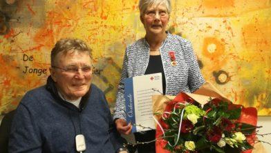 Voorzitter Jan Jansen en vrijwilligster Gerda Wiekema.