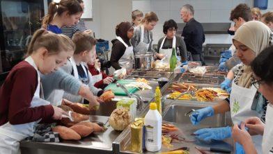 Kinderen druk in de keuken.
