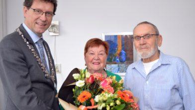 Echtpaar Henkes met de burgemeester.
