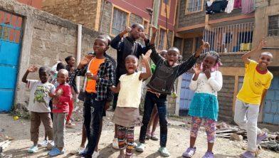 Laat de kinderen in Afrika lachen.
