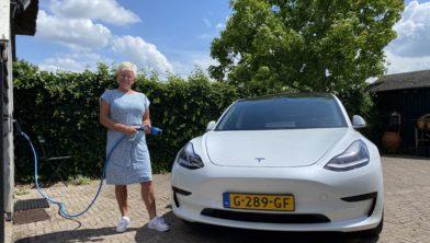 Ina Ablas bij haar Tesla.