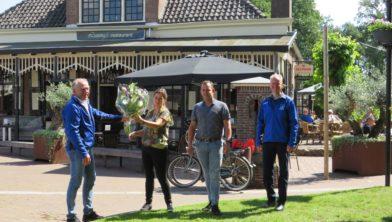 Van links naar rechts Bert Mulder (voorzitter vv Ruinen), Patty Nikkels en Bas Boverhof van Luning's Restaurant, Jaap Smit (sponsorcommissie vv Ruinen).