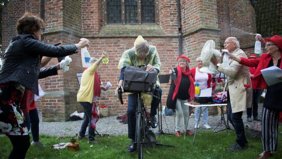 Jan Germs fiets zijn pensioen tegemoet tijdens hoorspel in Vrie