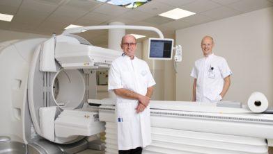 Nieuwe SPECT-CT scanner op de afdeling Nucleaire Geneeskunde in ziekenhuislocatie Hoogeveen met links Nucleair geneeskundige Piet Jager en rechts medisch beeldvormings- en bestralingsdeskundige William Mensen