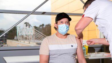 Bart de Jong, werkzaam op de coronaverpleegafdeling op ziekenhuislocatie Scheper in Emmen, wordt ingeënt met het coronavaccin.