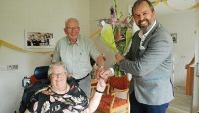 Egbert van Dijk feliciteert het bruidspaar.