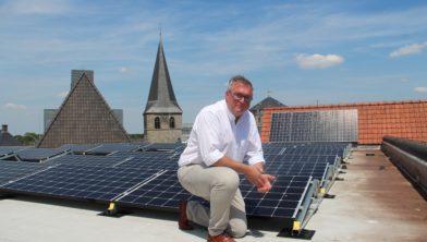 Wethouder Blokhuis naast de zonnepanelen