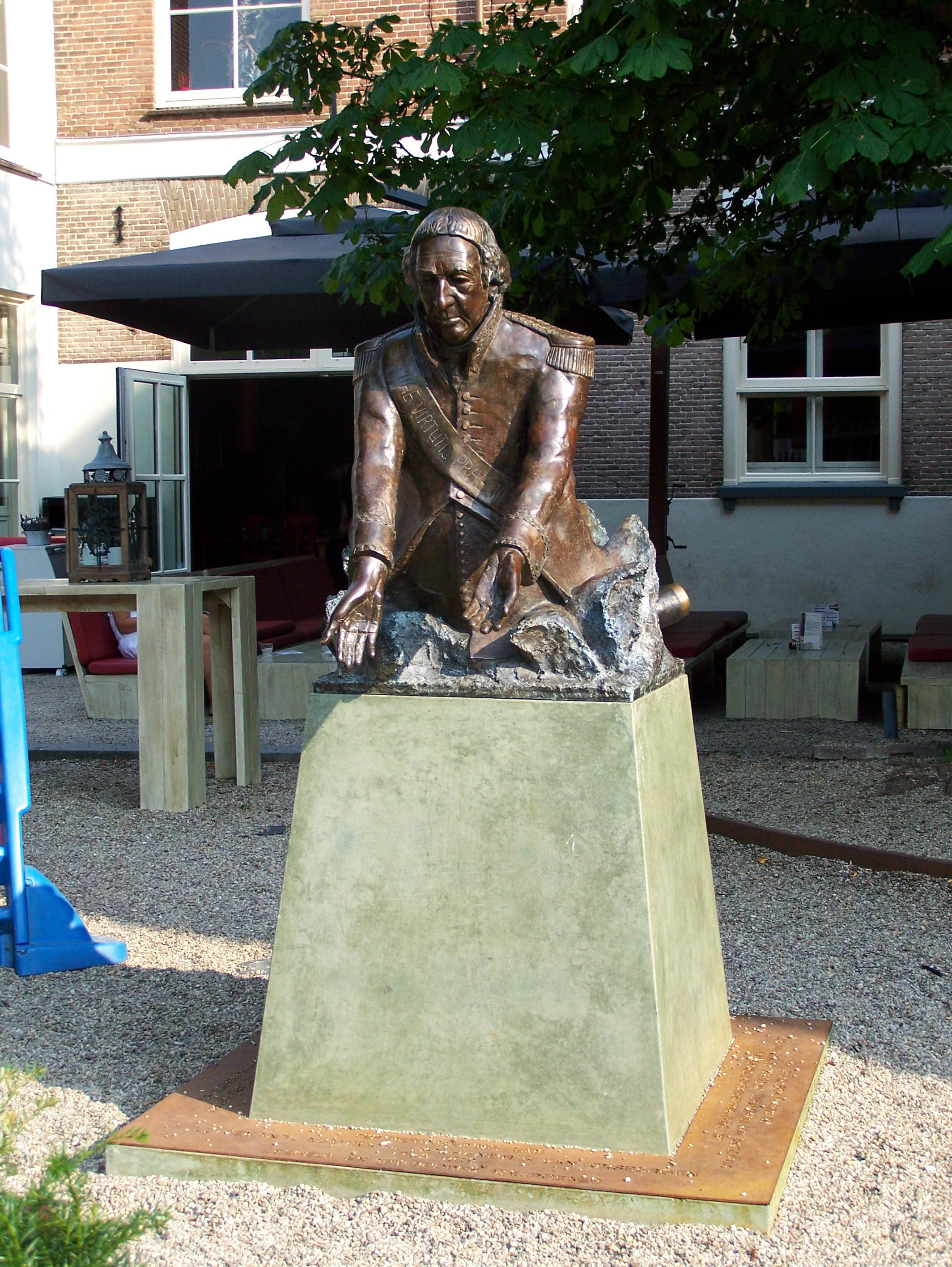 Het beeld van Van Kinsbergen in Apeldoorn, door Erzsébet Baerveldt