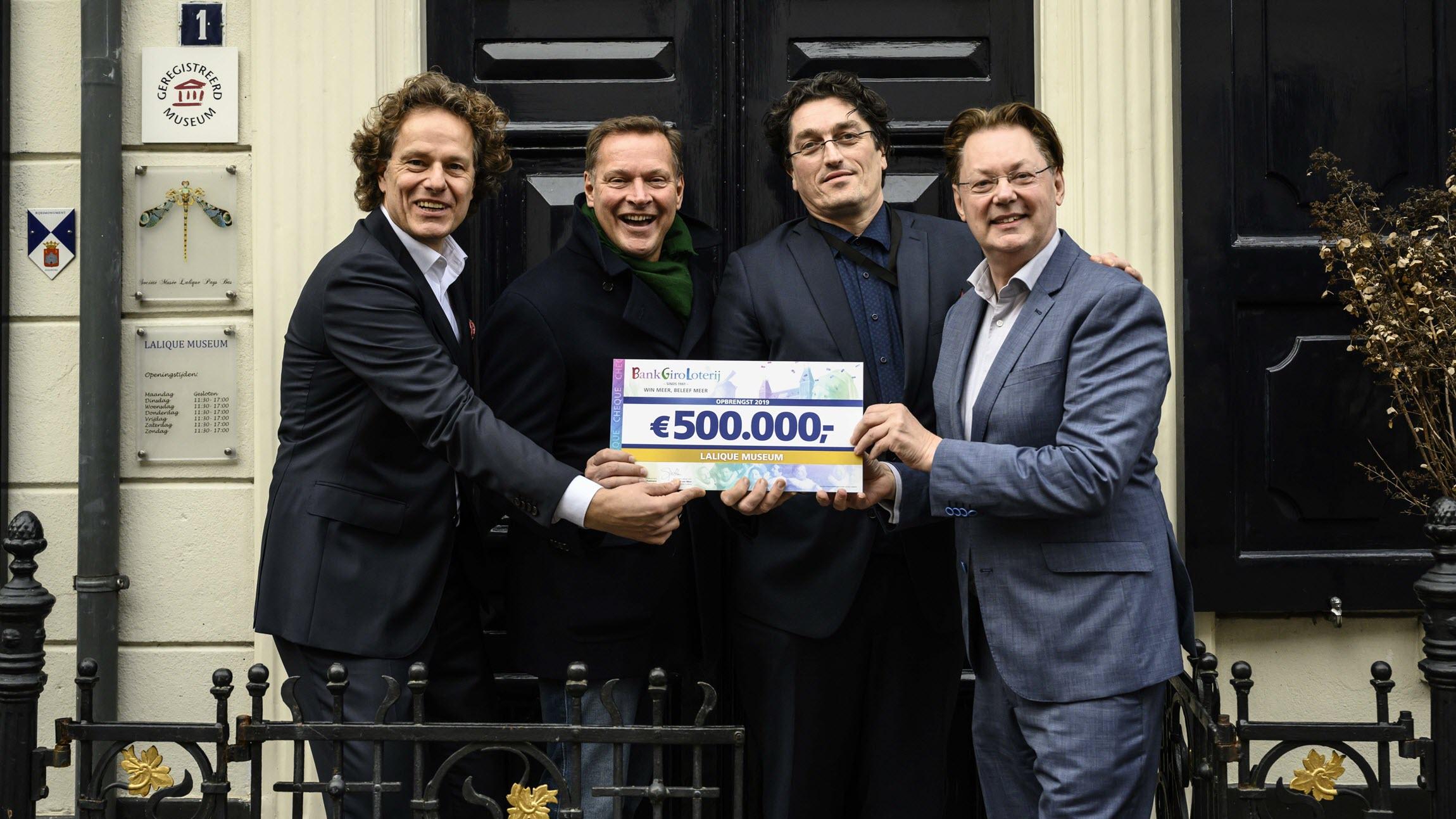 BankGiro Loterij ambassadeur Albert Verlinde reikt cheque 500.000 euro uit aan Lalique Museum - BankGiro Loterij