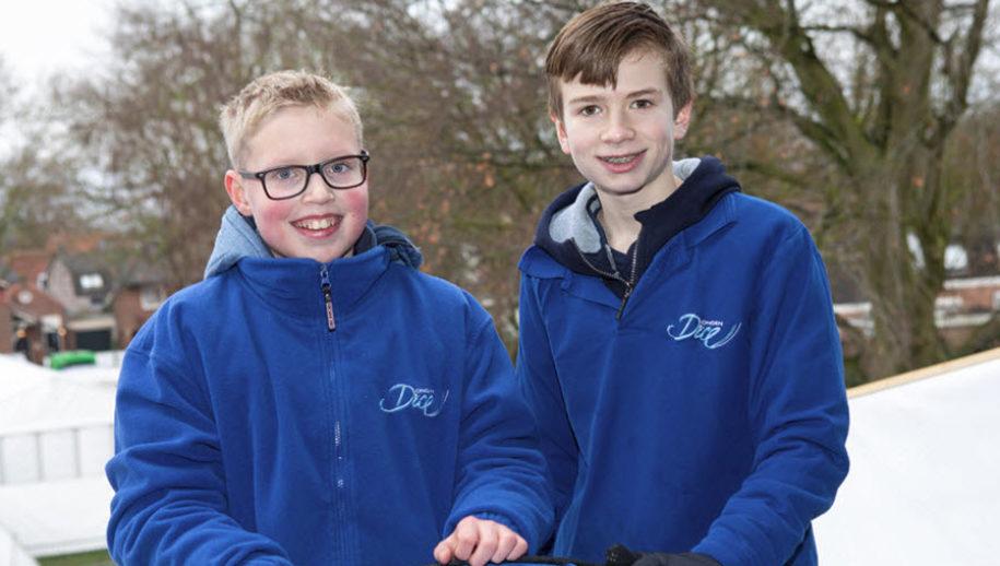 Twee jeugdige DongenIce vrijwilligers Thomas de Koninck en Tijs Buijs