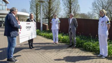 WeCareNL-ambassadeur Robèrt van Beckhoven reikt 800 waardebonnen uit aan het ETZ