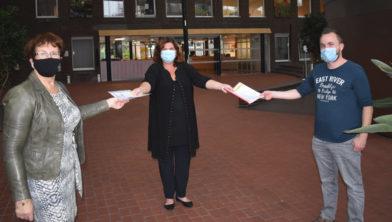 Burgemeester Starrmans neemt het buurtonderzoek en de petitie in ontvangst uit handen van Annie Peeters en Tom Schoormans