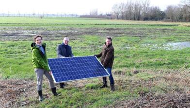 Jeroen de Kok - wethouder René Jansen- Sijtze Brandsma leggen eerste zonnepaneel.