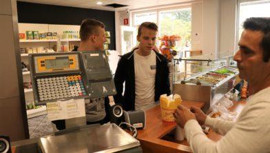 Jordy en Thom leveren hun lege bakje in bij Yauno en krijgen ieder €0,50.