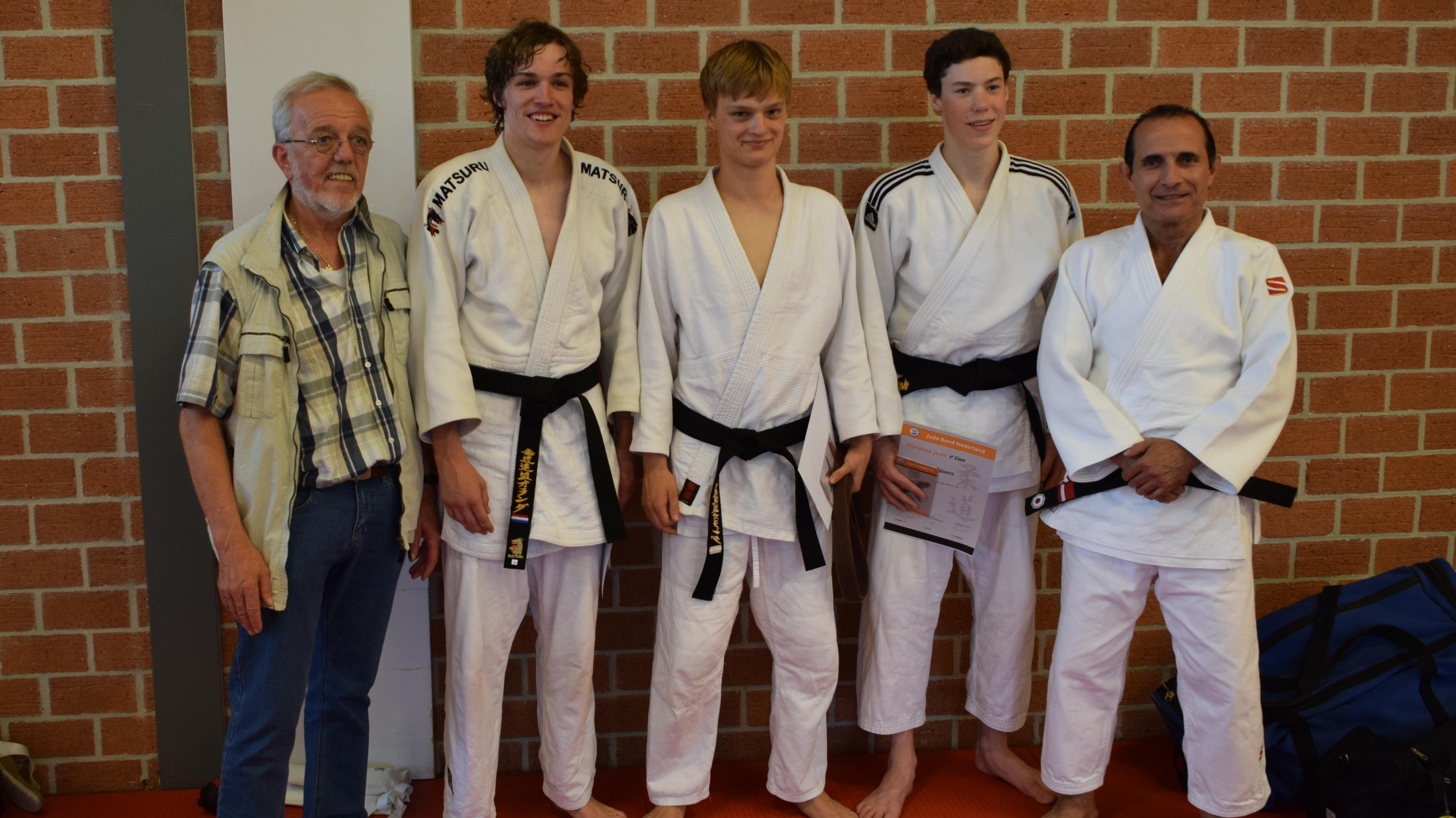 Judo leraar demonstreert een nieuwe houdgreep