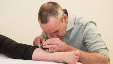 Dermatoloog Peter Arnold aan het werk in een huisartspraktijk