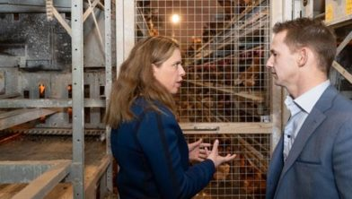 Minister Schouten in gesprek met kippenboer
