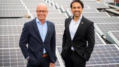 Directeur Wouter Koenderman en wethouder Sander van 't Foort van de gemeente Renswoude tussen de zonnepanelen