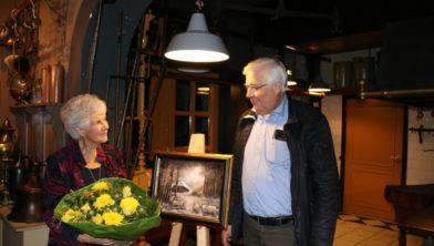 Tini van Gijtenbeek en Herman Prangsma bij het schilderij