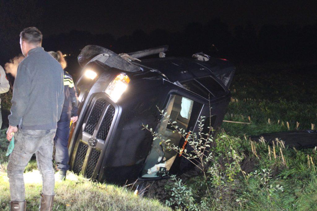 Auto op zijn kant bij eenzijdig ongeval in Lunteren.